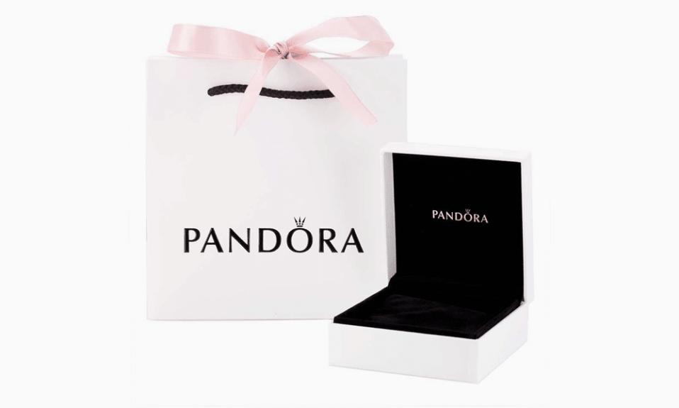Funda con logo de Pandora